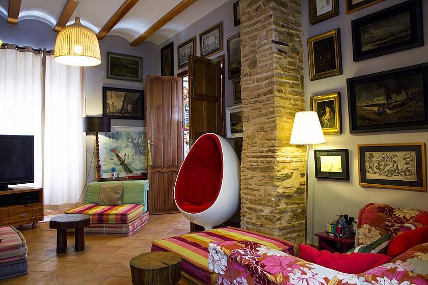 Habitación espaciosa decorada con arte Muralla de Pego