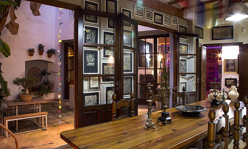 Bonito salón comedor decorado con cuadros Pego