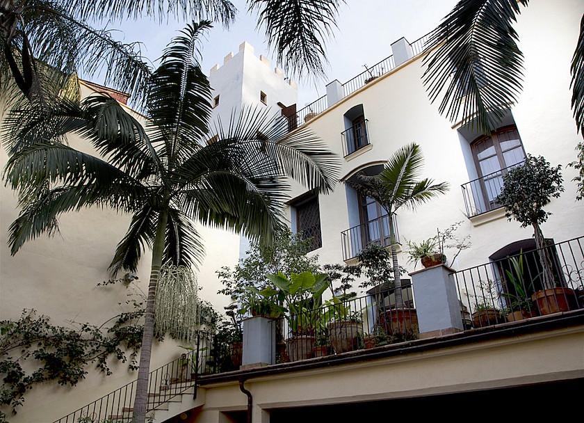 Bonito patio de entrada a la mansión Muralla de Pego.