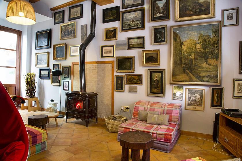 Sala de lectura con estufa de leña Muralla de Pego