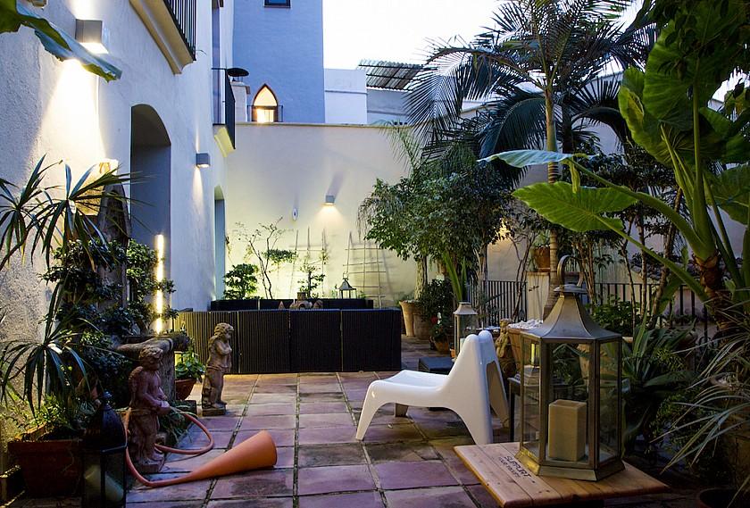 Terraza iluminada entrada mansión Muralla de Pego