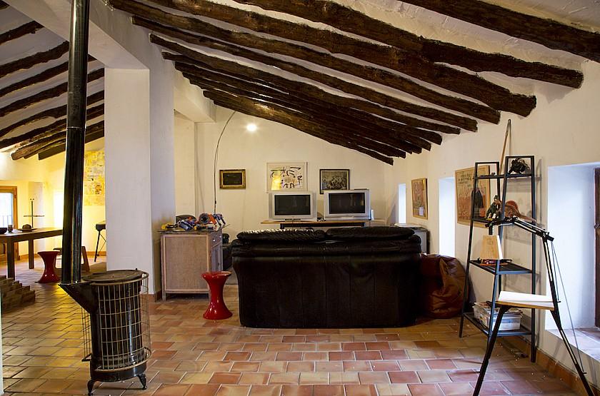 Salón con estufa de leña en buardilla Muralla de Pego
