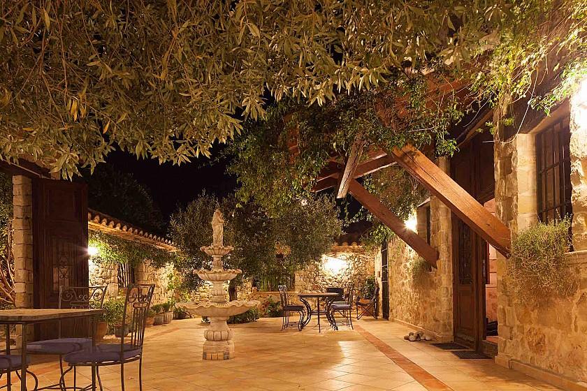 Jardín de noche en mansión de lujo. Benissa