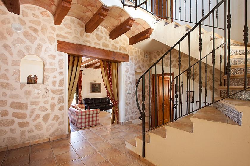 Escaleras acceso primera planta villa de lujo.