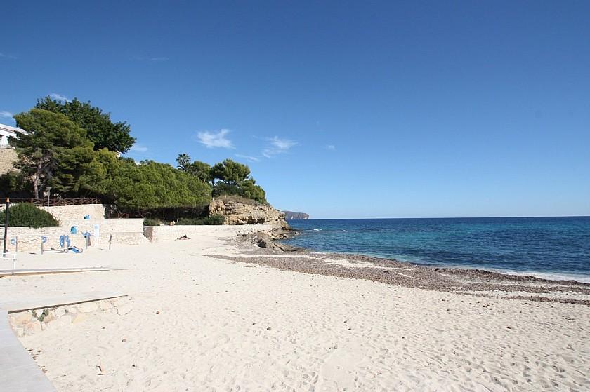 Playa de arena cerca de la villa de lujo en Benissa