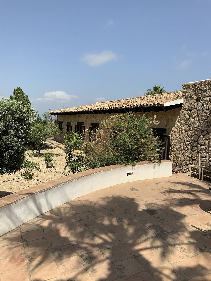 Vista lateral villa rústica en Benissa