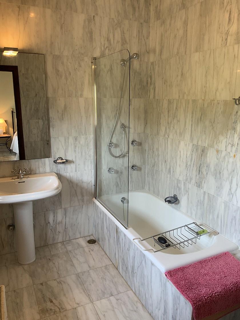 Baño con bañera villa en Benissa.